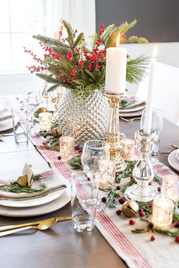 Mesa de natal com centro de mesa com velas e flores