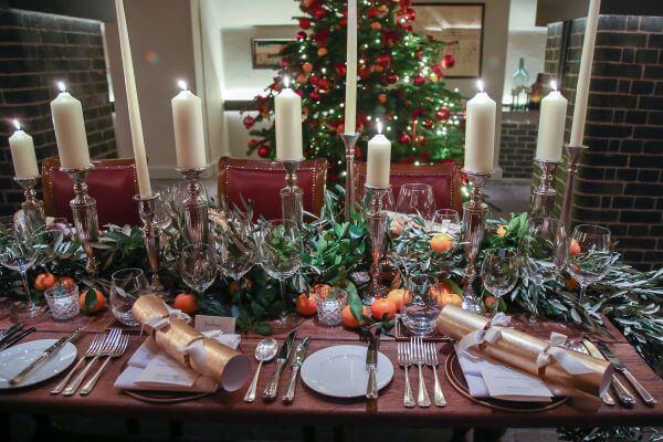 Mesa de natal com velas e frutas
