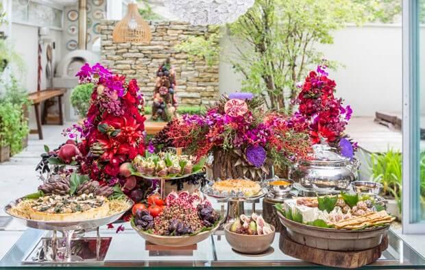 Mesa de natal decorada com frutas e flores e vermelhas
