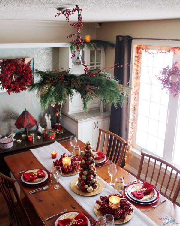 Mesa de natal decorada com frutas e detalhes em vermelho