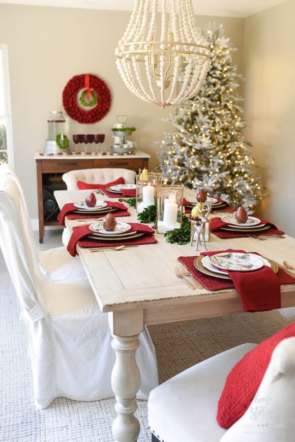 Mesa de natal decorada com vermelho e branco