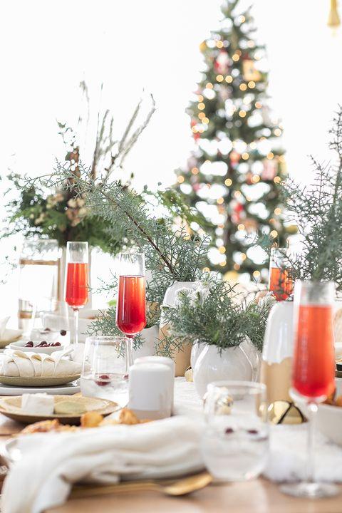 Mesa de natal decorada com vasos de plantas
