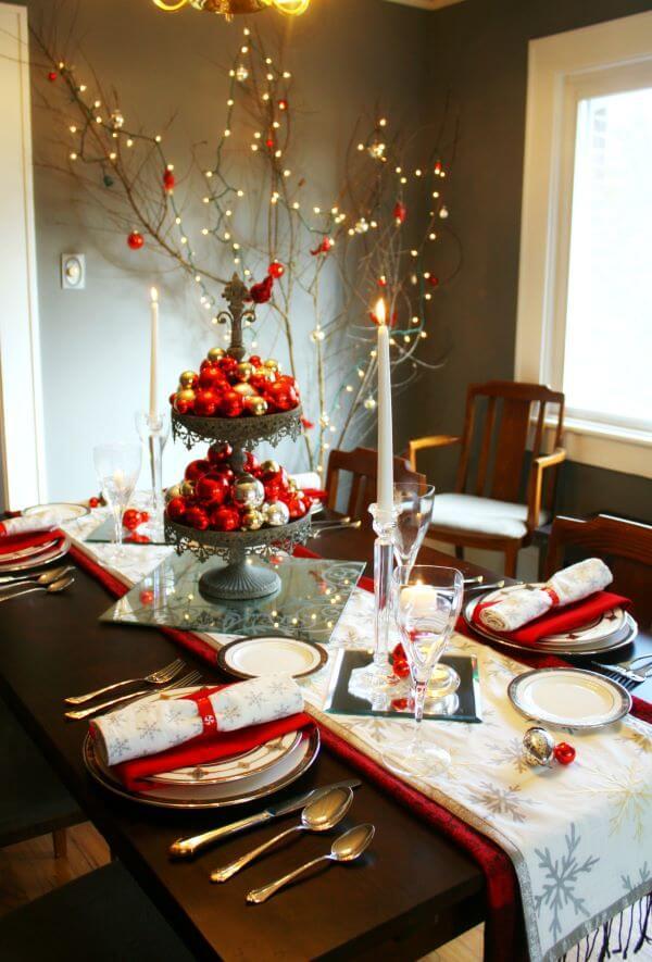 Mesa de natal decorada com vermelho e prata