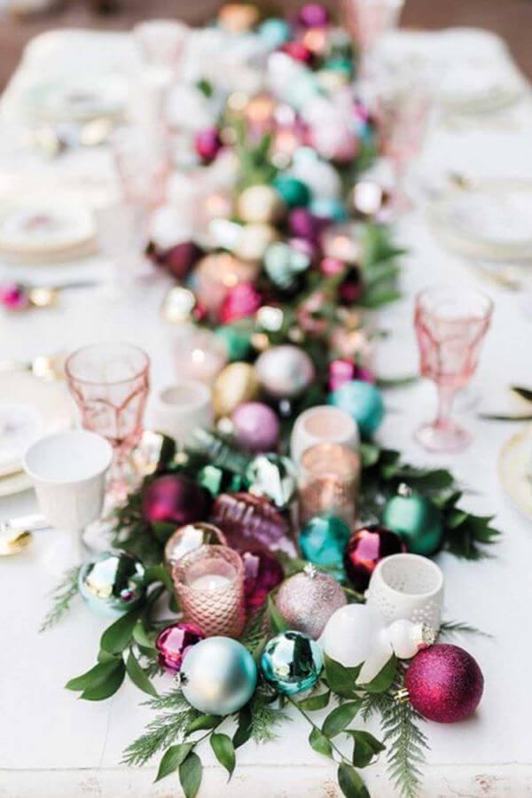 Mesa de natal decorada com enfeites de árvore de natal