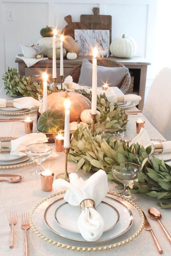 Mesa de natal decorada com frutas e plantas