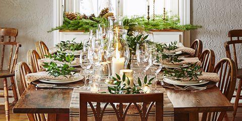 Mesa de natal com velas e taças