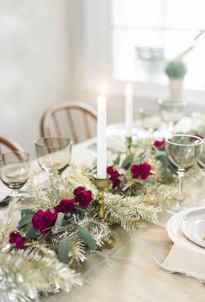 Mesa de natal simples com flores vermelhas
