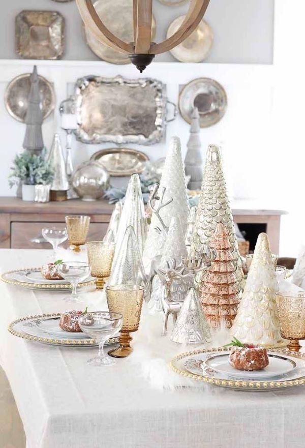 Mesa de natal simples com árvores douradas e diferentes