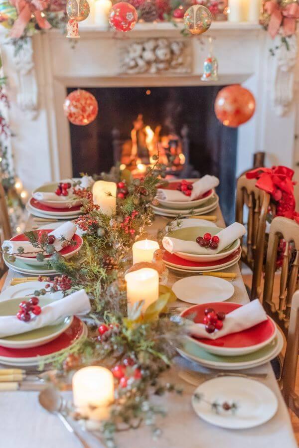Mesa de natal iluminada com velas