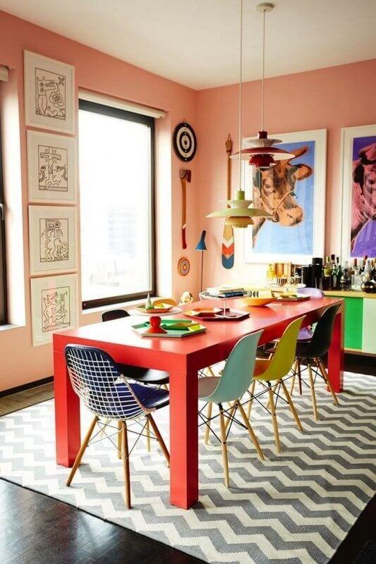mesa colorida com as cadeiras coloridas