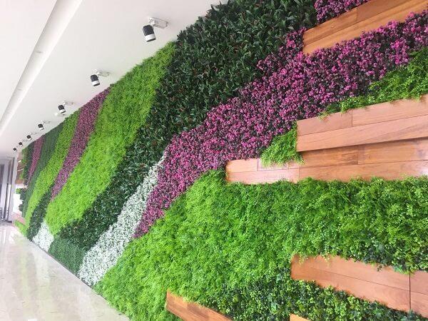 Mescle tons e texturas no seu jardim vertical artificial