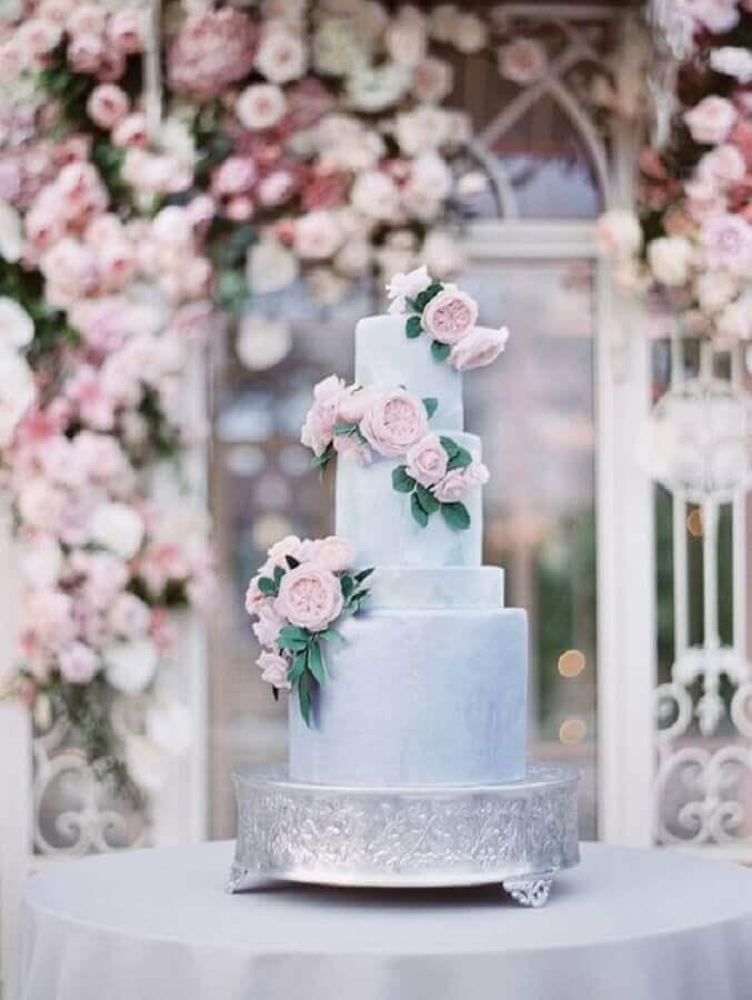 modelo de bolo de casamento moderno decorado com flores Foto Style me Pretty