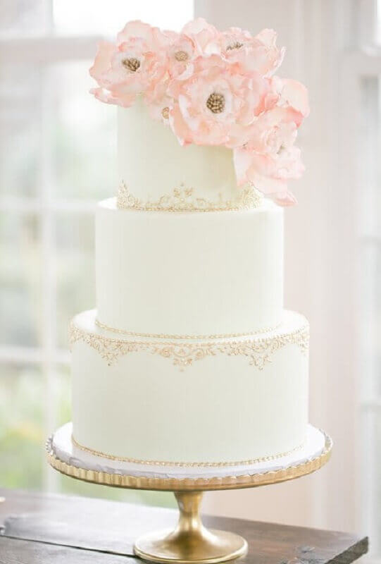 modelo delicado de bolo fake de casamento decorado com flores no topo Foto Salve a Noiva