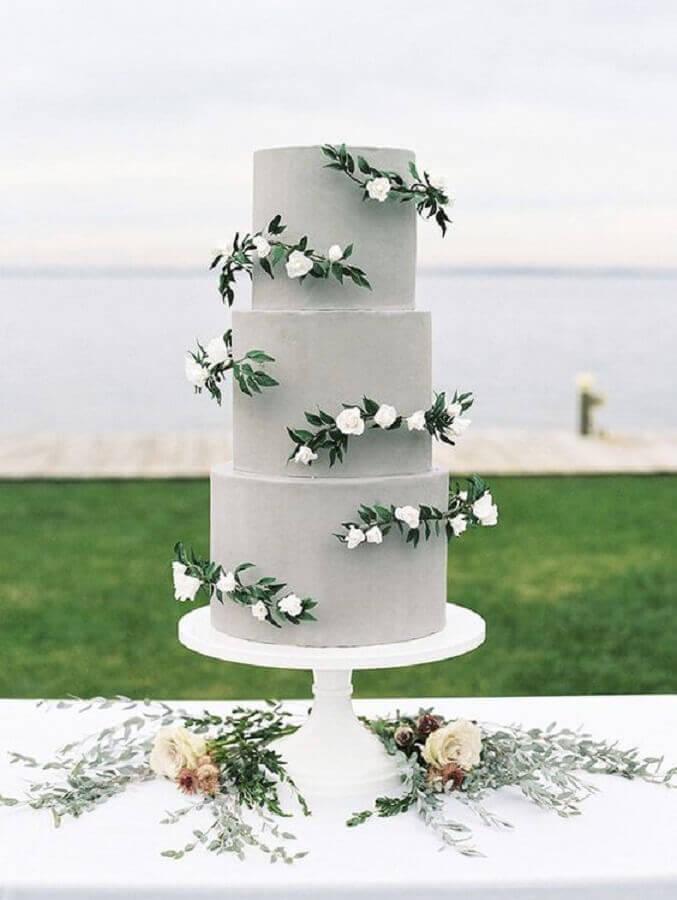 modelo diferente de bolo de casamento cinza decorado com flores brancas Foto Weddingomania
