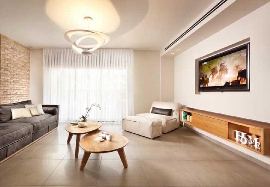modelo simples de rack de madeira para sala ampla Foto Assetproject