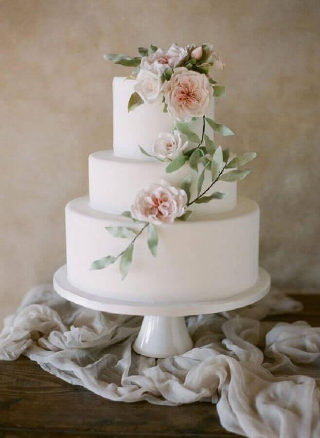 modelo tradicional de bolo de casamento com flores Foto Style me Pretty