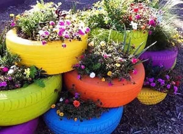 Enfeites para jardim feitos com pneus coloridos