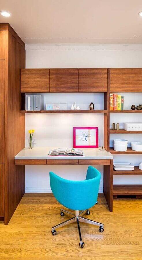 moveis de madeira para home office com cadeira decorativa giratória azul Foto The Interior Collective