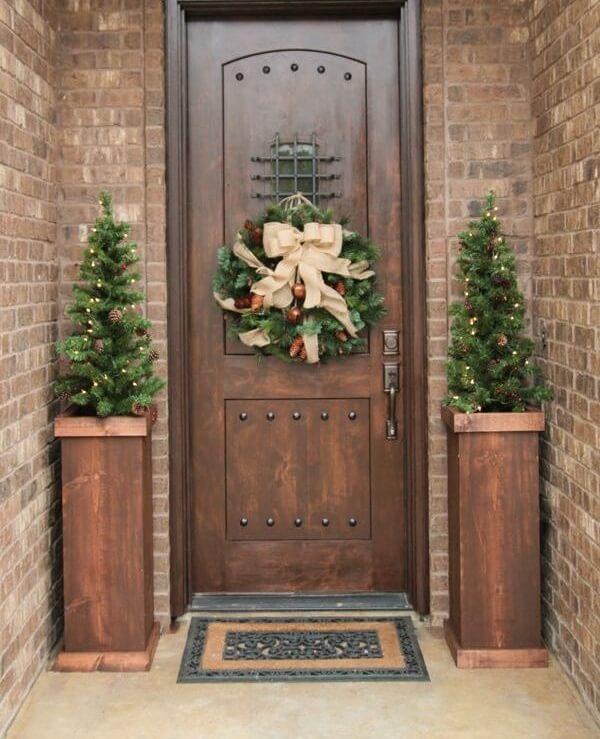 Enfeite de natal para porta com ramos e laço de fita