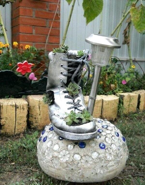 Utilize tênis para formar criativos enfeites para jardim