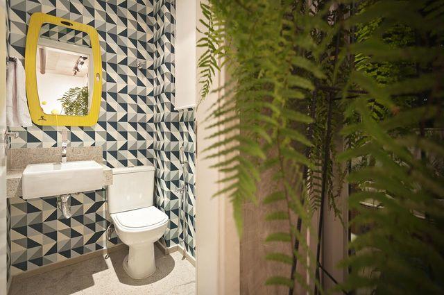papel de parede geométrico - lavabo com papel de parede geométrico azul