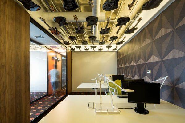 papel de parede geométrico - papel de parede geométrico e piso com carpete