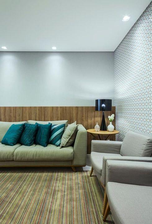 papel de parede geométrico - tapete listrado com poltronas cinza