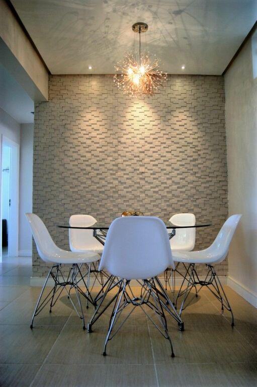 parede 3d - mesa de vidro redonda com cadeira branca e lustre
