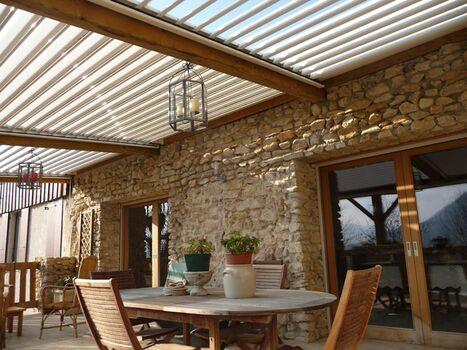 parede de pedra - parede com pedra natural e mesa de jantar de madeira
