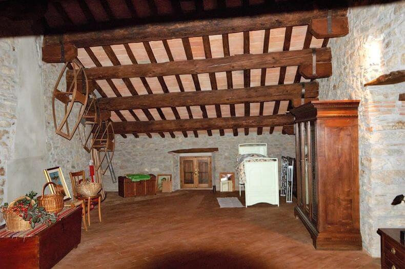 parede de pedra - parede com pedra natural e mobiliário de madeira