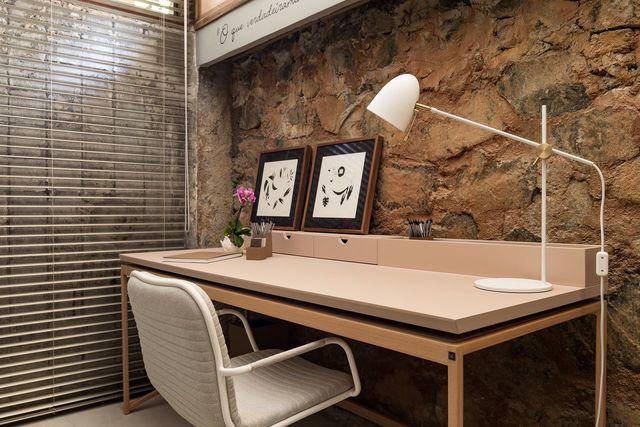 parede de pedra - parede de pedra, abajur, persiana e cadeira branca