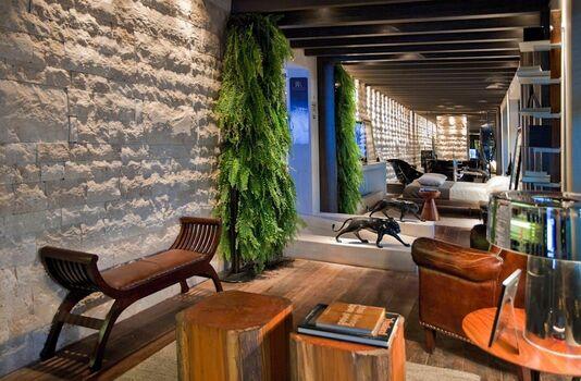 parede de pedra - parede de pedra com iluminação e bancos de tronco