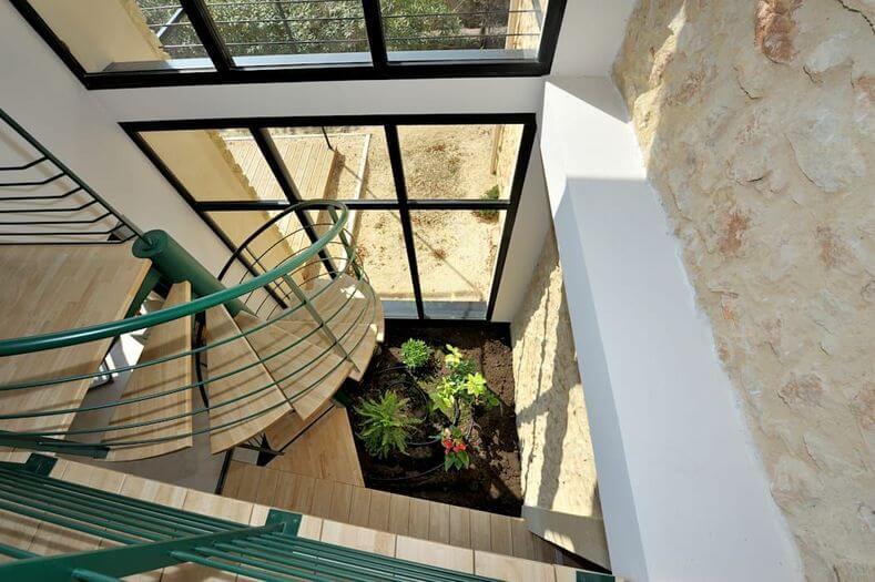 parede de pedra - parede de pedra natural e escada metálica verde