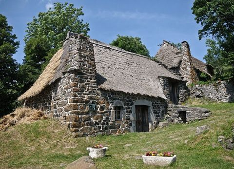parede de pedra - parede de pedra , porta de madeira e iluminação