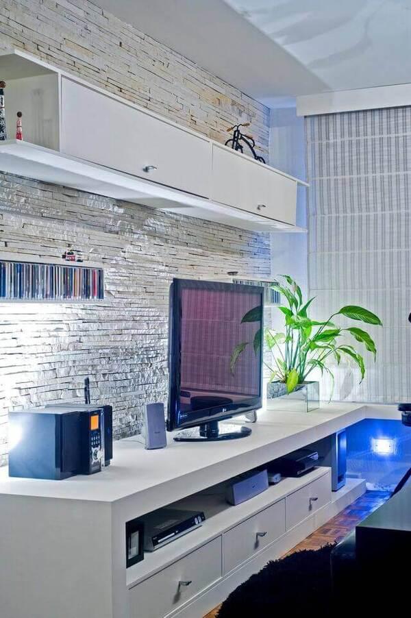parede de pedra - rack branco e parede com pedra canjiquinha