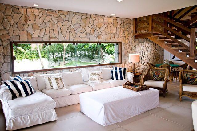 parede de pedra - sala com parede revestida de pedra