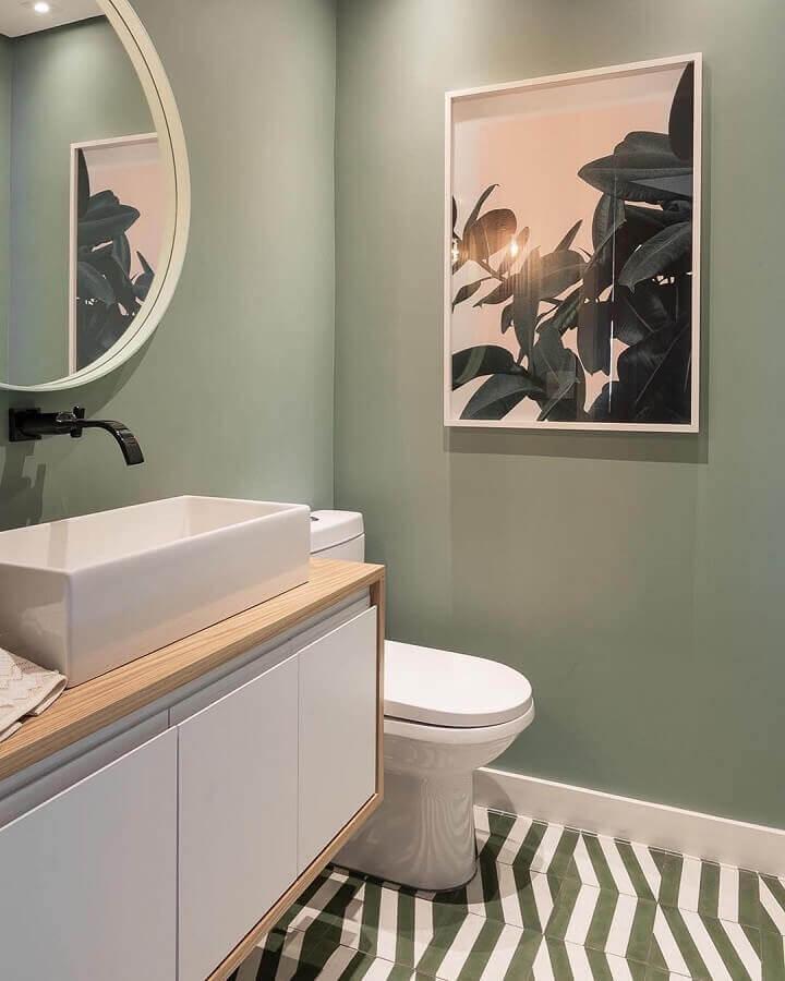 parede verde musgo para banheiro com bancada de madeira  Foto Maurício Arruda