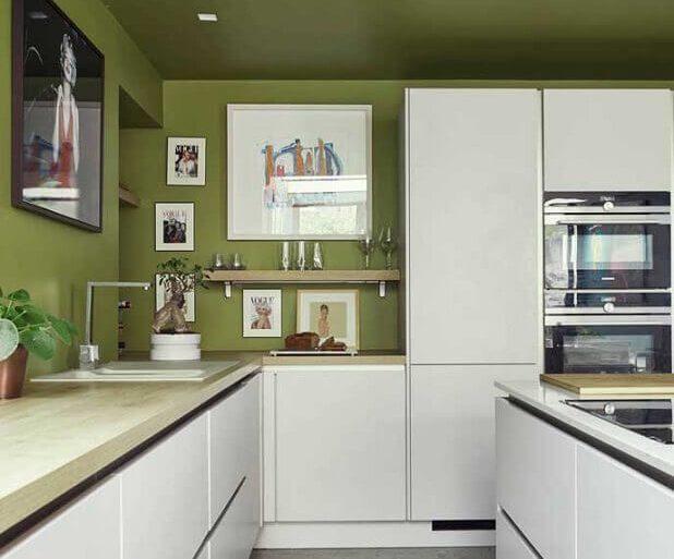 parede verde musgo para cozinha planejada com armários brancos  Foto HomeDeco