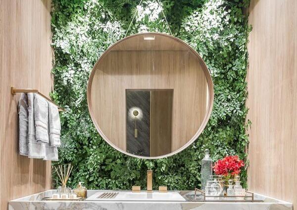 O jardim vertical artificial trouxe textura e cor para a decoração do banheiro