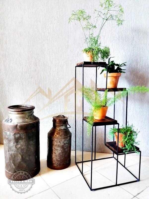 Suporte para plantas de ferro na decoração na sala de estar