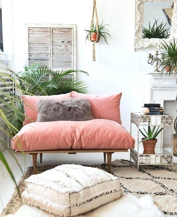 Sofá cor de rosa pequeno com estrutura de madeira