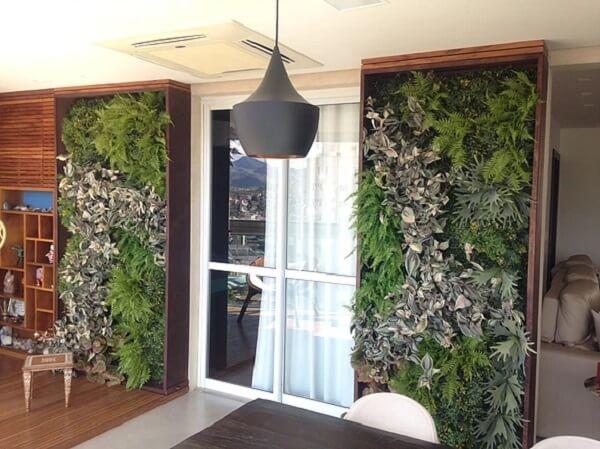 Varanda decorada com jardim vertical artificial traz texturas e cores ao ambiente