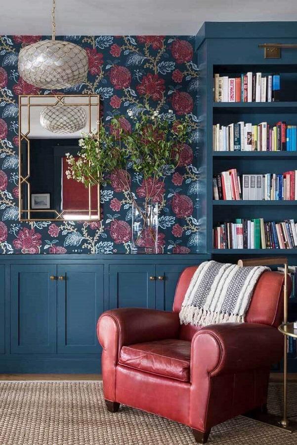 poltrona vermelha de couro para sala decorada com papel de parede floral Foto Pinterest