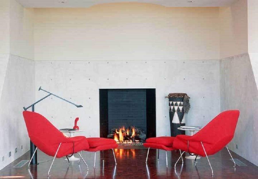 poltrona vermelha para decoração simples de sala com lareira Foto Luxe Interiors + Design