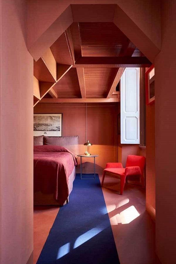 poltrona vermelha para quarto decorado em cores terrosas Foto Pinterest