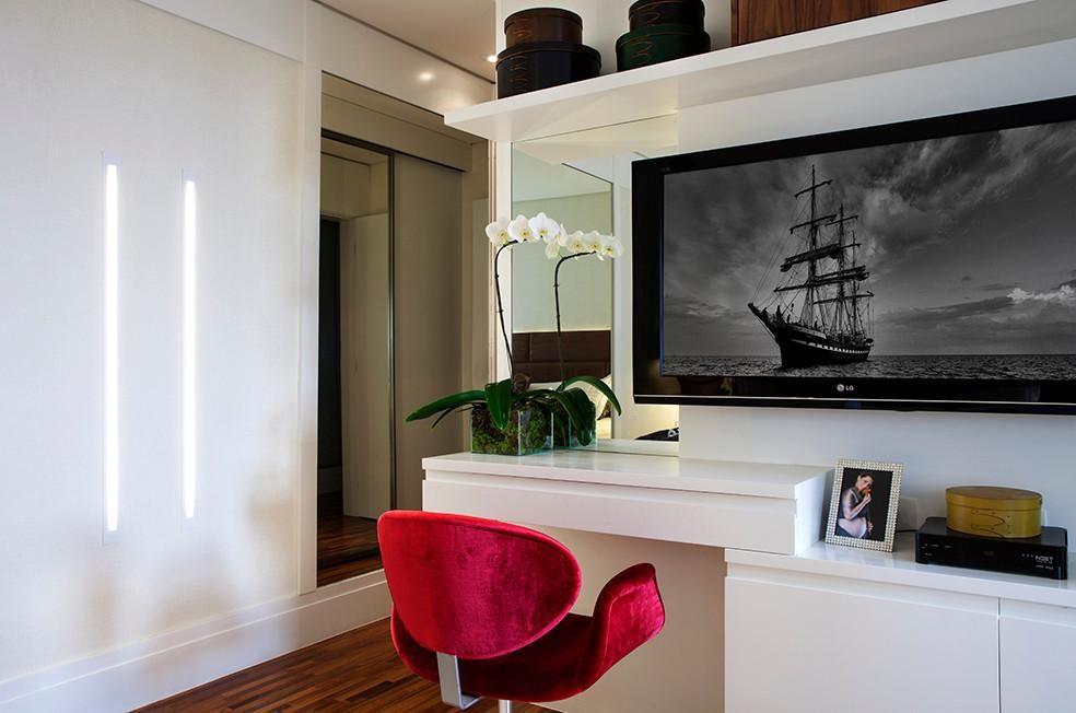 poltrona vermelha - poltrona com rodas em painel de tv