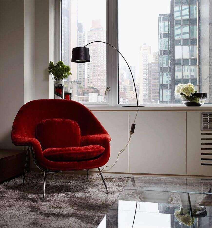 poltrona vermelha - poltrona vermelha e tapete felpudo