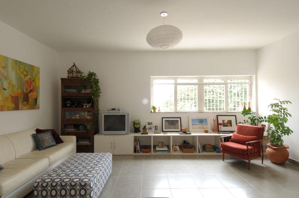 poltrona vermelha - poltrona vermelha em sala com puff geométrico