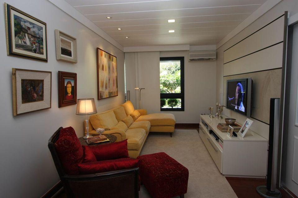 poltrona vermelha - sala de estar com poltrona vermelha com puff para pé