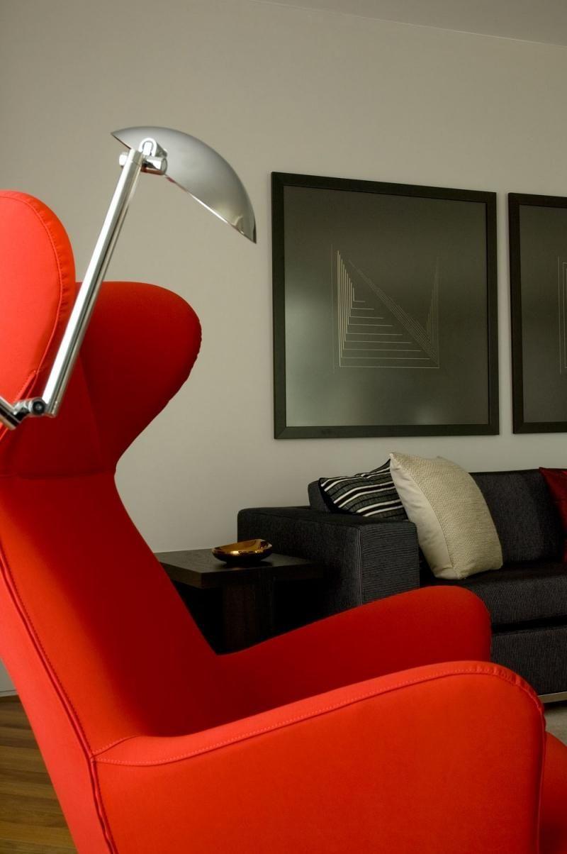 poltrona vermelha - sala de estar com poltrona vermelha e luminária